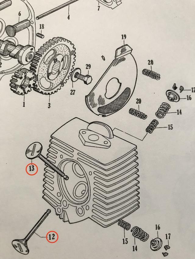 """画像: セル付きのスーパーカブ50・・・ということで開発された、C102のパーツリストより。「13」が吸気バルブ、「12」が排気バルブです。ちなみに初代スーパーカブのC100系エンジンは、ギア式オイルポンプを持たない構造が特徴でした(コンロッド大端部にオイルかき上げの""""ツメ""""があり、これがポンプ代わりの役割を果たしていました)。"""