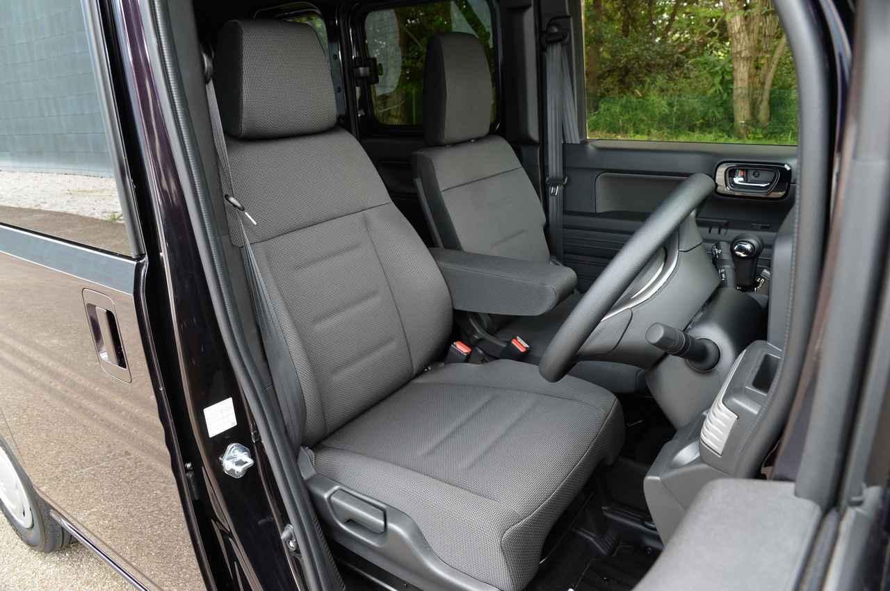 画像: 助手席、リアシートに比べ、運転席はとても快適な場所だ。働く人のこと、つまり運転手のことを第一に考えられているのである。