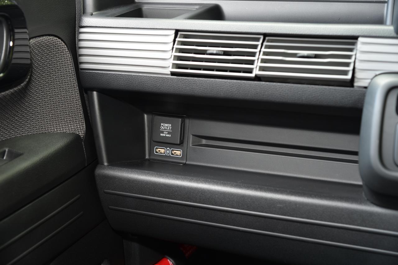 画像: 写真:+STYLE FUN・Honda SENSING(FF/CVT) ボディーカラー:プレミアムイエロー・パールⅡ アクセサリー: USBチャージャー10,800(税込)