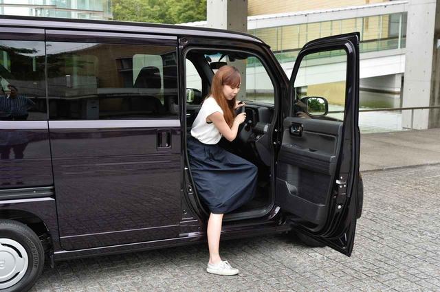 画像: 身長160cmの私ですが、乗る時の高さはこんな感じです。 写真:+STYLE COOL・Honda SENSING