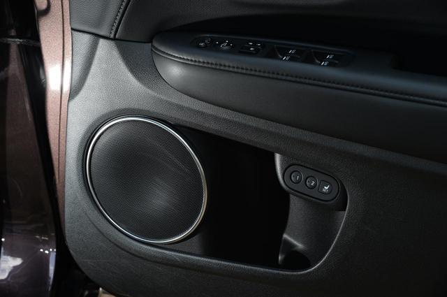 画像: ヴェゼルの車内のスピーカーはナチュラルにドア部分に埋め込まれています。