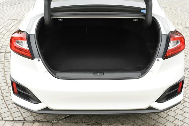 画像: トランクルーム容量は512Lを確保する。さらにリアシートバックが可倒式となりトランクスルー機構が用意されるので使い勝手はとてもいい。