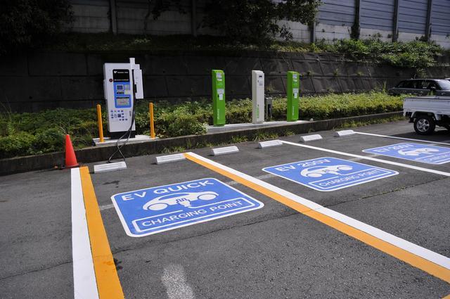 画像: 駐車場や高速道路のサービスエリアなどでこんな表示を見たことがある人も多いだろう。急速充電、普通充電設備は急速に普及している。