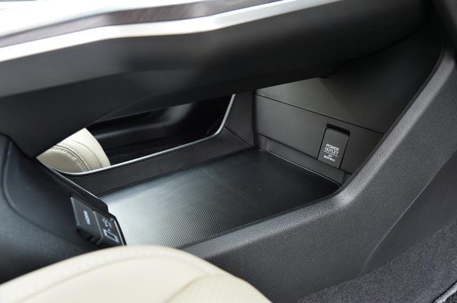 画像: センターコンソール下には小物を置くことができる収納も用意する。さらにここにはパワーアウトレットも。