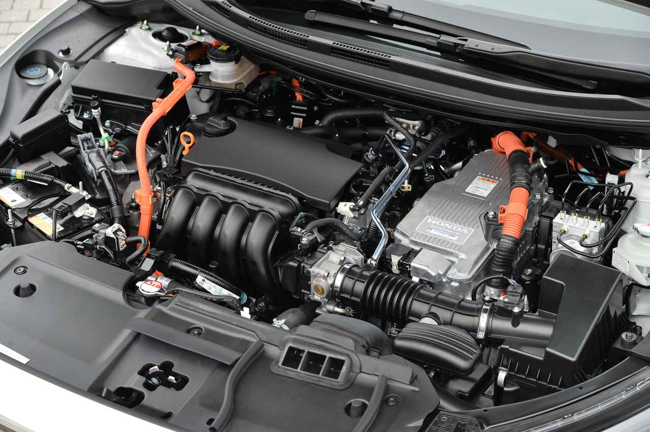 画像: 搭載エンジンは1.5L。バッテリーはフロアの下に配置されているので室内空間やトランクルームが犠牲にならないのがクラリティの特徴である。