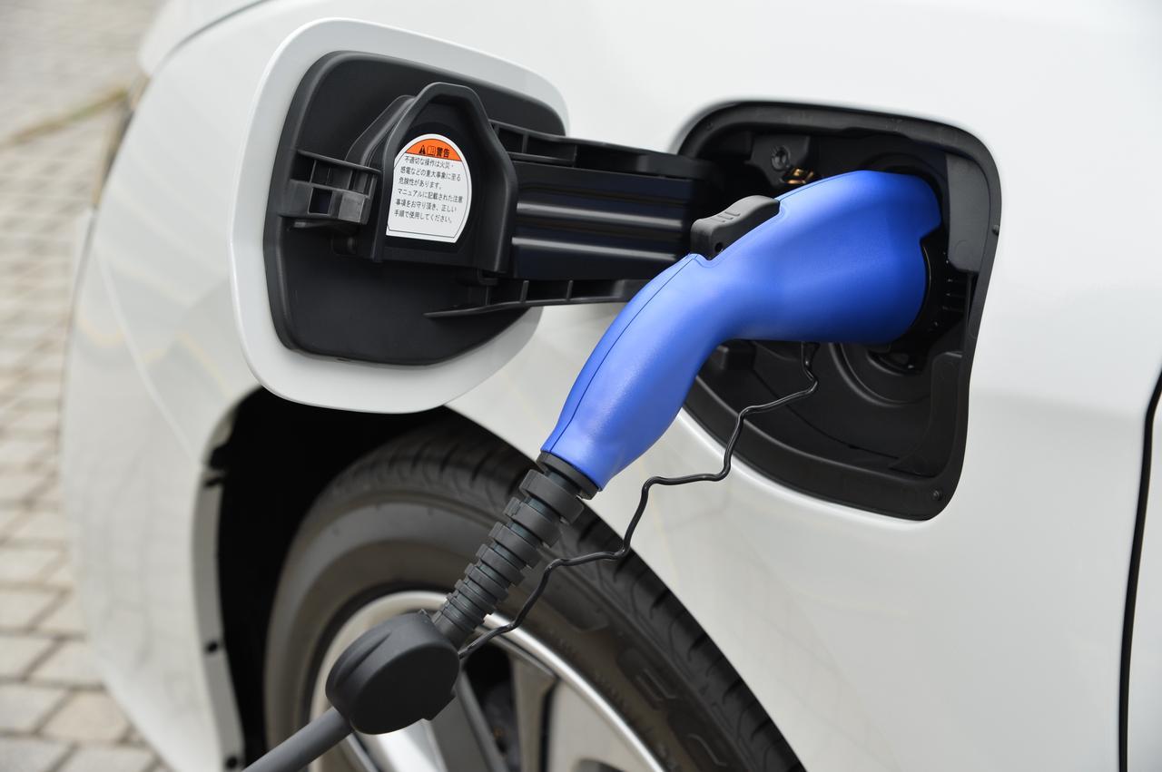 画像: 充電時間は急速充電なら約30分で80%、普通充電なら約6時間で満充電することができる。