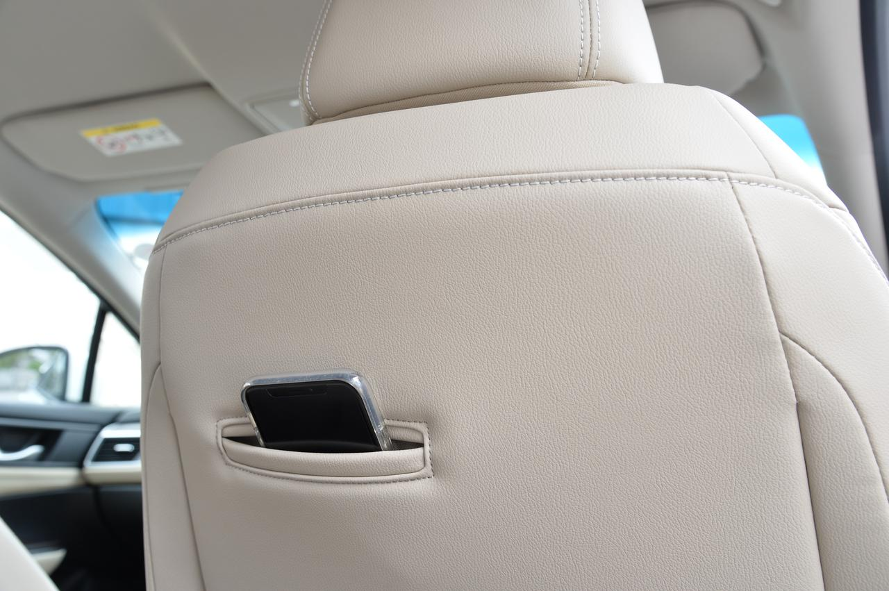 画像: セダンは人をリアシートに乗せることも多い。フロントシートバックにはこうしたスマホなどを入れることができる工夫がされている。実際に使ってみてもとても便利だった。