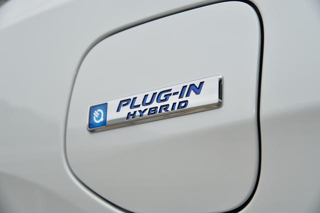 画像: クラリティは急速充電、普通充電に対応している。またホンダは全国のホンダディーラーに急速充電設備の設置も検討している。