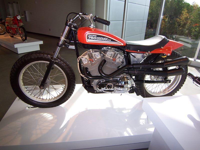 画像: 1970年のデビュー以来、21世紀に入っても活躍したハーレーダビッドソンのXR750。1972年以降は全アルミ合金エンジンになっています。 en.wikipedia.org