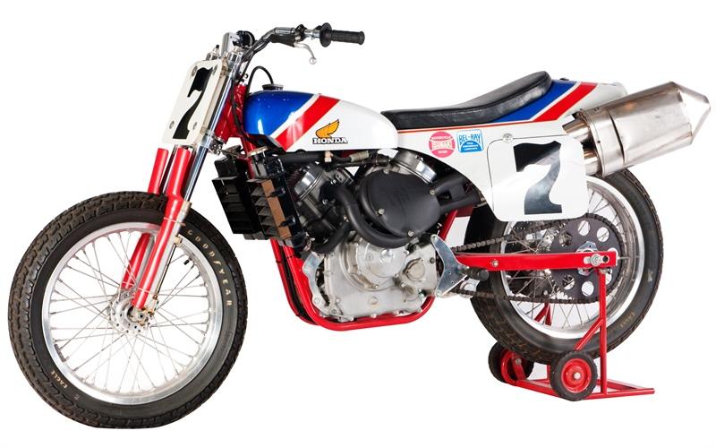 画像: 1982年型ホンダNS750。この市販レーサー版のRS750Dは、ハーレーダビッドソンXR750以外の最も好ましいダートトラッカーとして、多くの人に愛されました。 www.americanmotorcyclist.com