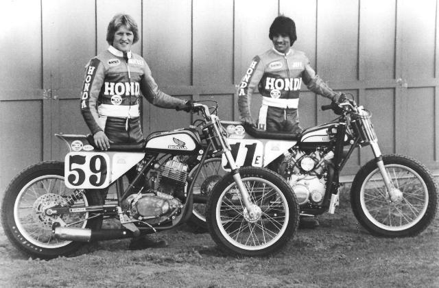 画像: こちらは1980年に撮影された一葉。左はミッキー・フェイとホンダXR500エンジンのダートトラッカー。右はジェフ・ハニーと、CX500エンジンをクランクシャフト横置きにして、チェーン駆動にしたスペシャルです。 riderfiles.wordpress.com