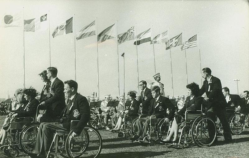 画像: 1964年東京パラリンピックの開会式。入場するオーストラリア代表チーム。 ja.wikipedia.org