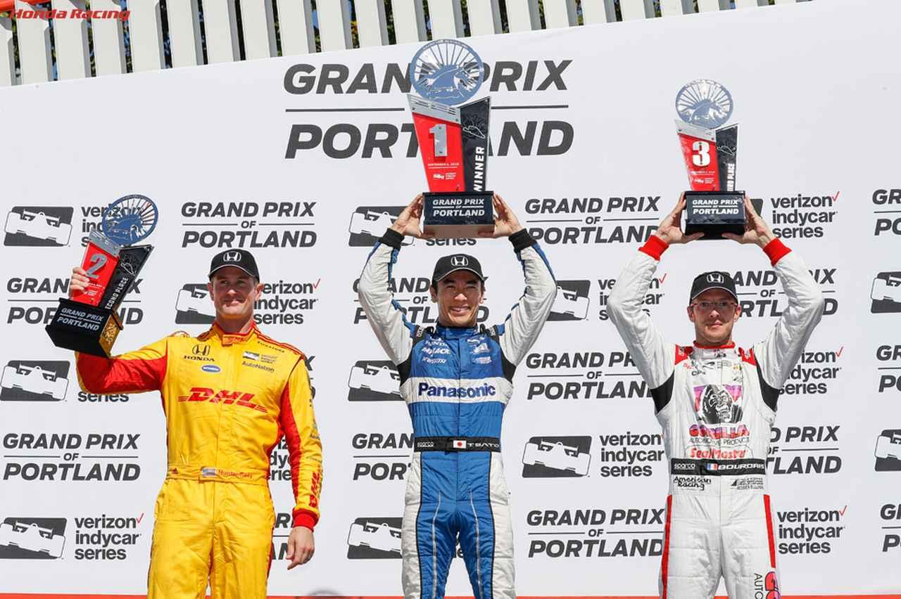 画像: インディカー第16戦ポートランドの表彰台。左から2位のライアン・ハンターレイ、優勝の佐藤琢磨、3位のセバスチャン・ブルデー。 www.honda.co.jp