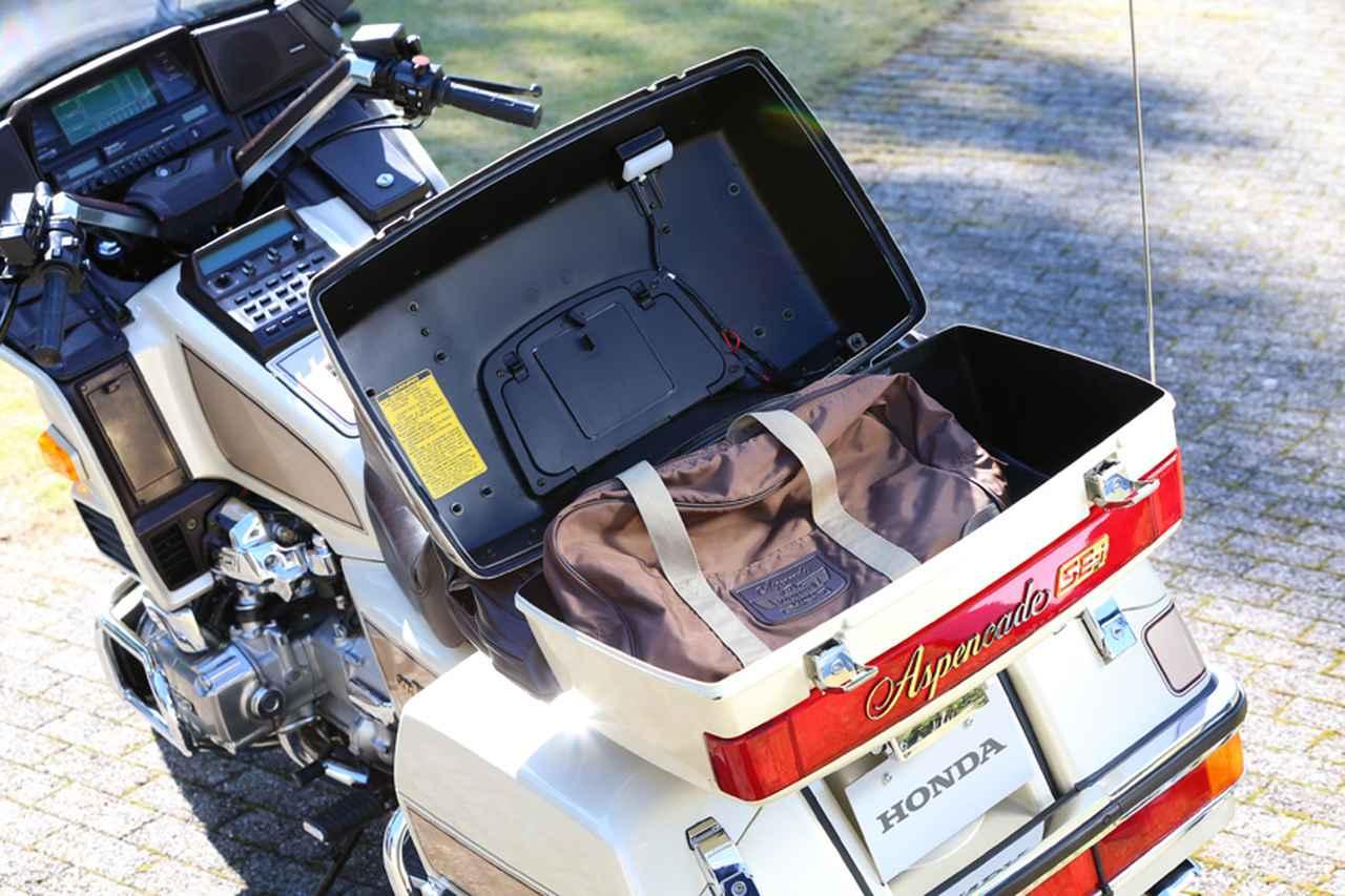 画像: 左右パニアケースに加えてトップケースも装備して、かなりの荷物を安全に運ぶことができる。