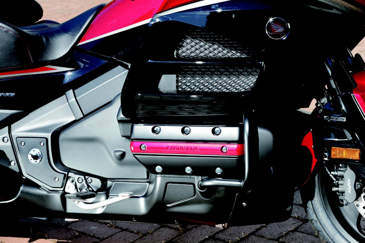 画像: 40周年記念モデルでは、ブラック塗装が施されたシリンダーヘッド。専用のレッドエンブレムが組み込まれ、精悍さを強調した。