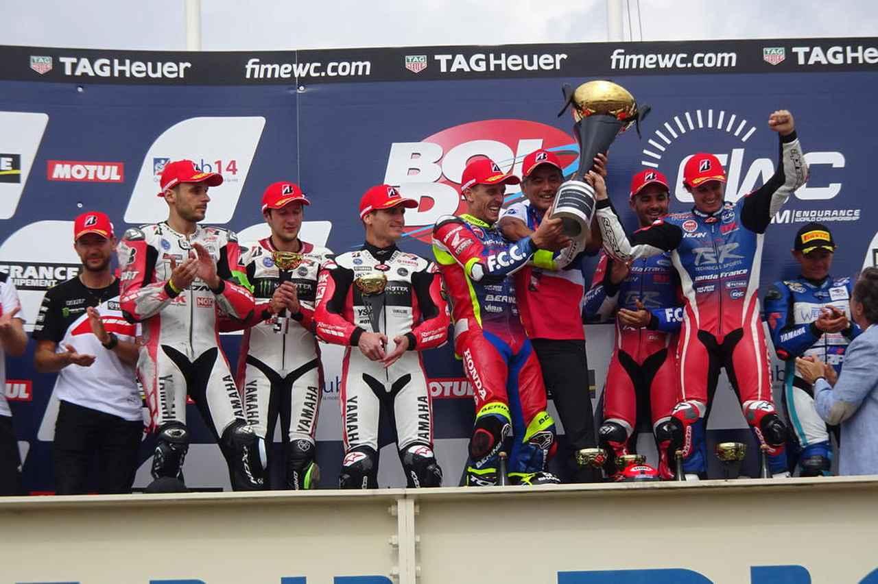 画像: トロフィーを掲げ、勝利を喜ぶF.C.C. TSRホンダ フランスのライダーたち。なおYARTヤマハが2位になったため、ブリヂストンタイヤの1-2となりました。 ms.bridgestone.co.jp