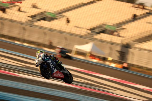 画像: 長丁場の24時間レースは、マシン、ライダー、チームスタッフ、すべてがその耐久力を試されます。 www.honda.co.jp