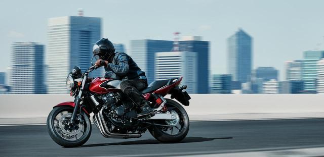 画像: HONDA公式サイトより /CB400 SUPER FOUR〈ABS〉/キャンディークロモスファイアレッド /税込815,400円~ www.honda.co.jp
