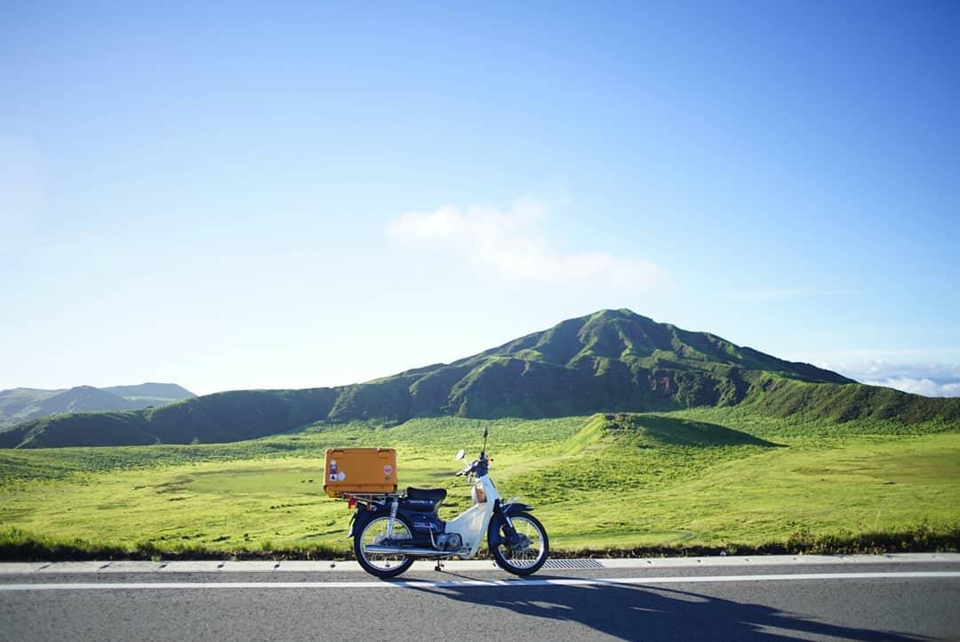 """画像1: Ryuji Matsunaga on Instagram: """"カブ70で草千里や大観望近辺に行ってきました。 長い上りは失速するし決してパワフルとは言えないけど、よく走ります!  #cub60th  #CUB  #supercub  #草千里 #相棒と見る景色 #alittlehonda"""" www.instagram.com"""