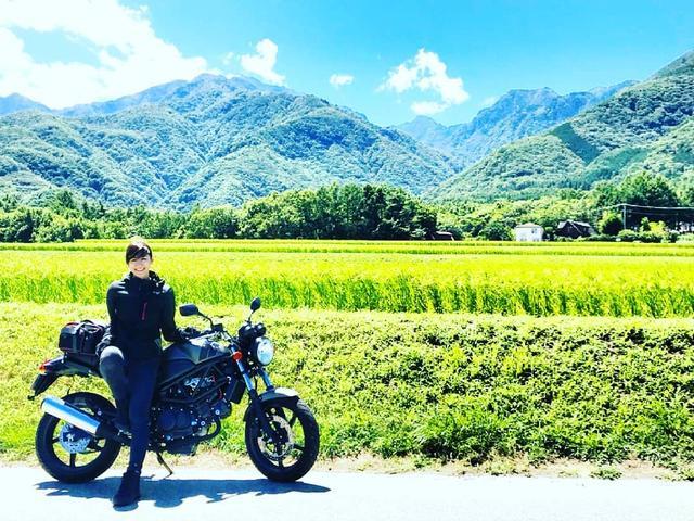 """画像1: @kiiro_vtr on Instagram: """"山と田んぼと青い空⛅ 爽やかな風の匂い だから夏は大好きだ . 相棒のおかげでもっと楽しい . . . .  #mototravel #vtr250 #vtr250se#バイクのある風景#girlwhoride#バイク女子…"""" www.instagram.com"""
