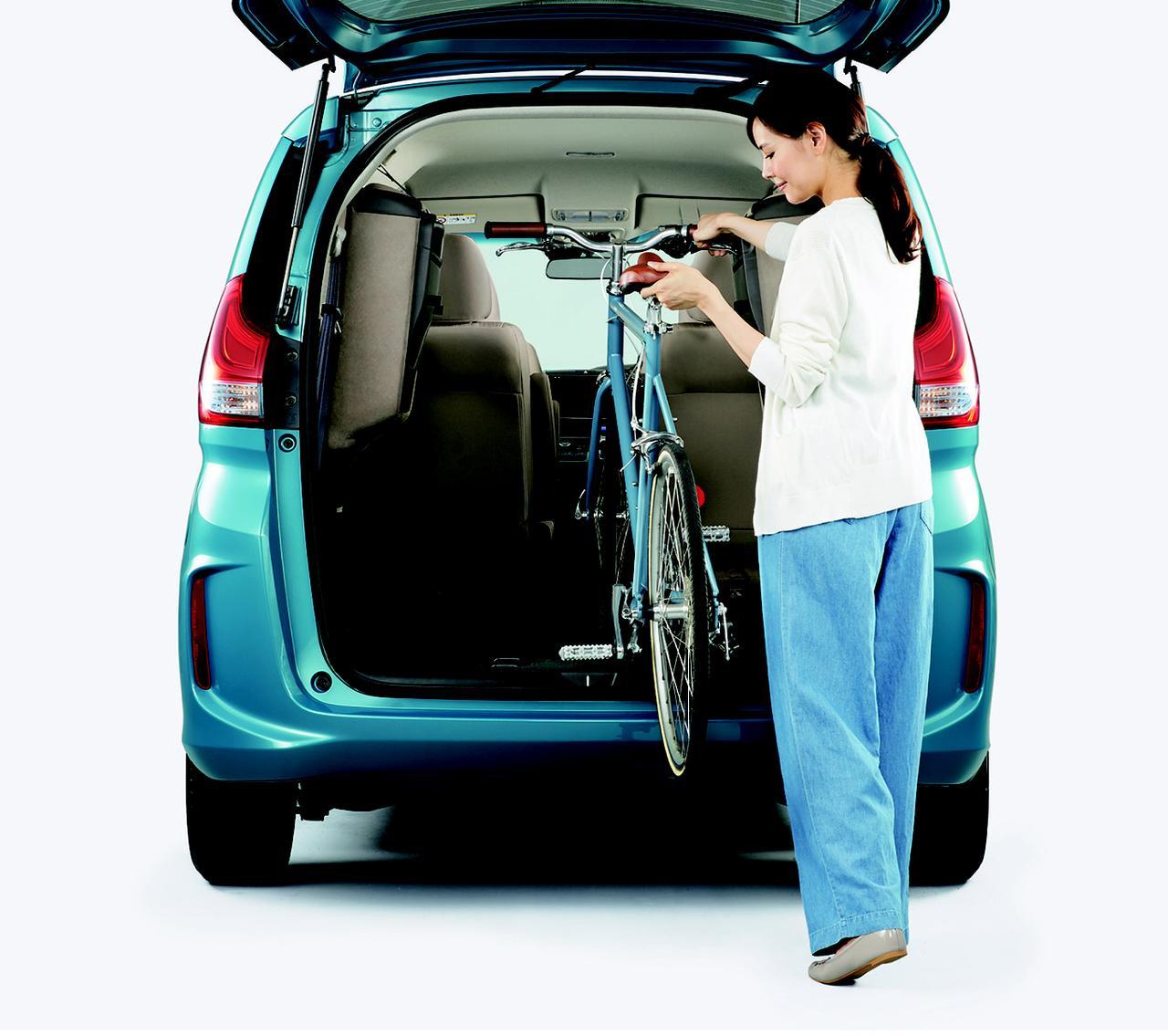 画像: 非力な女性が楽に子供の自転車を積めるような大きさと床の低さを実現している。