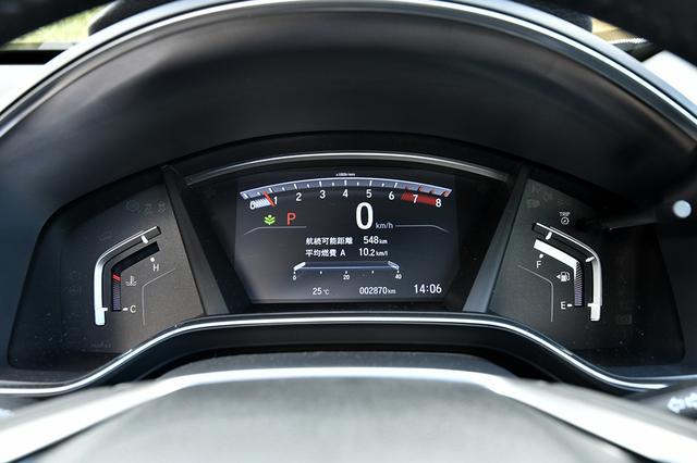 画像: デジタル表示されるスピードメーターは見やすい。このクラスならヘッドアップディスプレイは欲しいところだ。