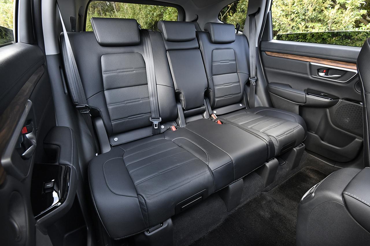 画像: 2名乗車なら快適な2列目シート。USBジャックが用意され、アームレストに収納もある。
