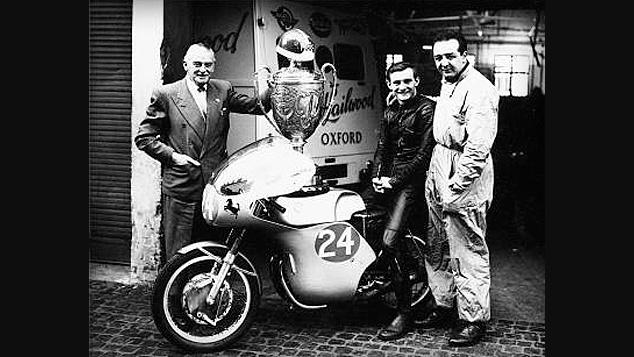 画像: 1960年、ドゥカティの250デスモツインに跨る若きマイク・ヘイルウッド。左は父スタンで、右はドゥカティから派遣されたメカニックのオスカー・フォレサニです。 www.ducati.com
