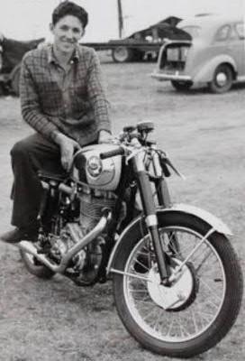画像: 豪州でクラブマンレーサーとして活躍していたころのT.フィリスと、当時の愛機だったBSAゴールドスター。 en.wikipedia.org