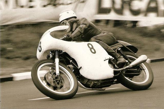 """画像: 1961年マン島TT500ccクラス、市販車のエンジン(OHV2気筒)を搭載するノートン """"ドミレーサー""""で、3位表彰台を獲得したT.フィリス。 www.accessnorton.com"""