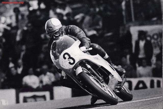 画像: 1967年マン島TT350ccクラス、ホンダRC174(空冷並列6気筒297cc)で勝利へ爆走するM.ヘイルウッド。この年のTTでヘイルウッドは250、500ccクラスも勝利し、自身2度目となるTTハットトリックを達成しました! www.honda.co.jp