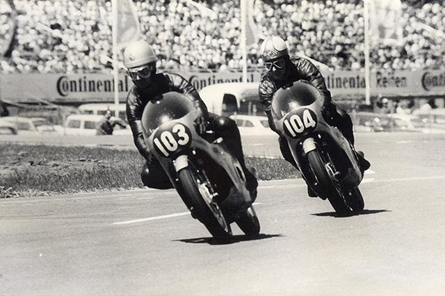 """画像: 1966年西ドイツGP(ホッケンハイム)250ccクラスでの""""ホンダ・シックス""""の共演! 左がJ.レッドマン、右がマイク・ヘイルウッドです。 www.honda.co.jp"""