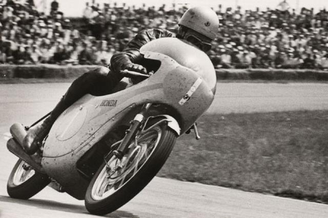 画像: 1962〜1965年の間タイトルを独占したJ.レッドマンとホンダ350cc4気筒は、1960年代を代表するコンビネーションと言えました。 www.lerepairedesmotards.com