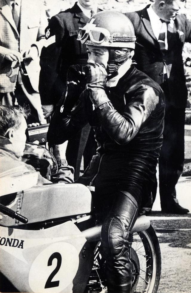 画像: 1966年マン島TTの50ccクラスで、RC116(4ストローク2気筒)の車上でスタートを待つL.タベリ。 world.honda.com