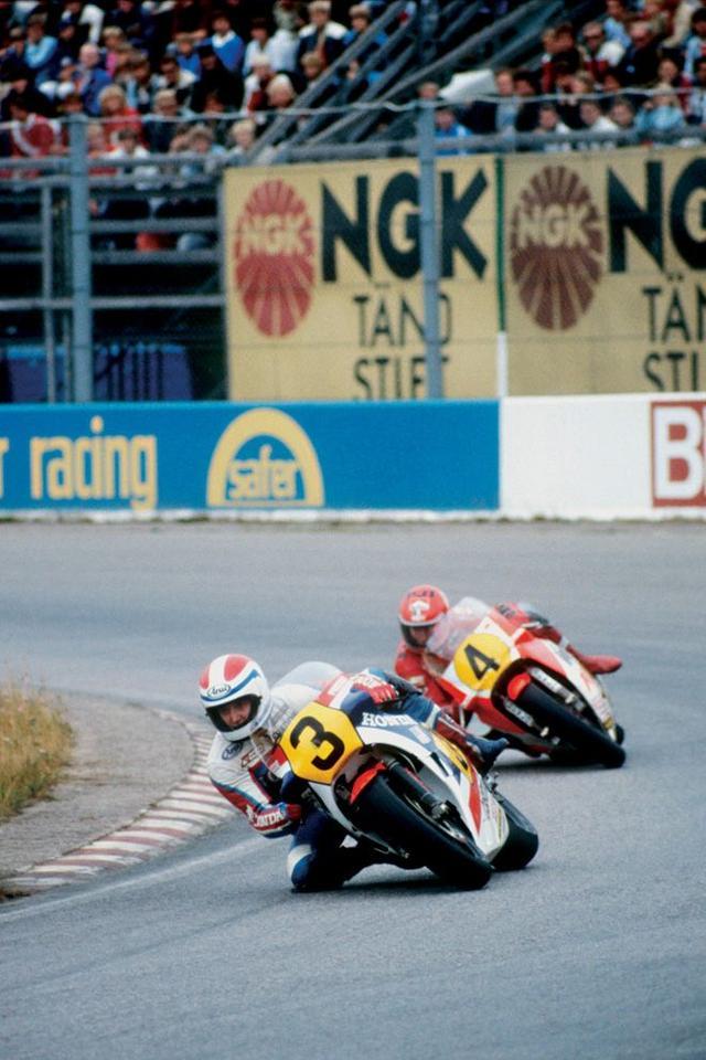 画像: 1983年、ケニー・ロバーツ(4番、ヤマハ)との激闘のシーズンを繰り広げ、見事打ち勝ったF.スペンサー(3番)とホンダNS500(2ストロークV型3気筒)。 world.honda.com