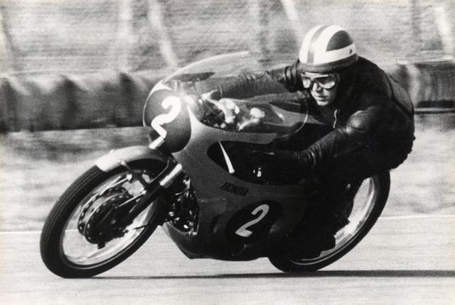 画像: 1965年日本GP(鈴鹿サーキット)125ccで、ホンダRC148(4ストローク5気筒)に乗るR.ブライアンズ。 world.honda.com