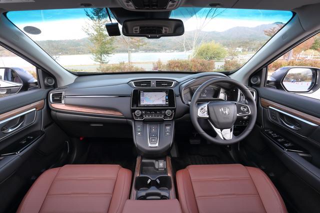 画像: すっきりとした印象の中に上質感溢れるインターフェイス。運転席8ウェイパワーシートなど装備も充実。