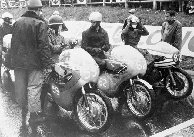 画像: 1963年フランスGP。この年ホンダは前年の圧勝ぶりを受け、GPマシン開発のスピードを緩めます。250ccクラスでは、市販レーサープロトのホンダCR72(59番、L.タベリ車)をワークス4気筒に乗るJ.レッドマン(62番)のサポート役につかっていました。 world.honda.com