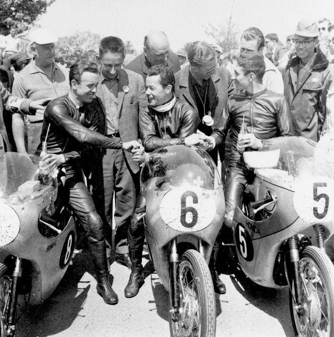 画像: 1962年マン島TT125ccクラス。優勝のL.タベリ(中央、ホンダRC145)、2位トミー・ロブ(左、ホンダRC145)、そして3位トム・フィリス(右、ホンダCR93)。 world.honda.com