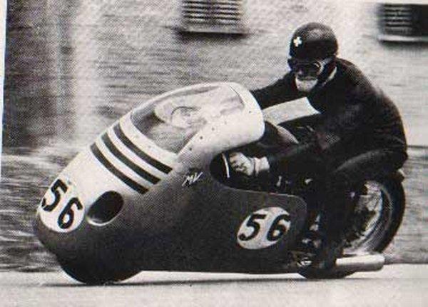 画像: マン島TTで、MV125を駆るL.タベリ。 www.iomtt.com