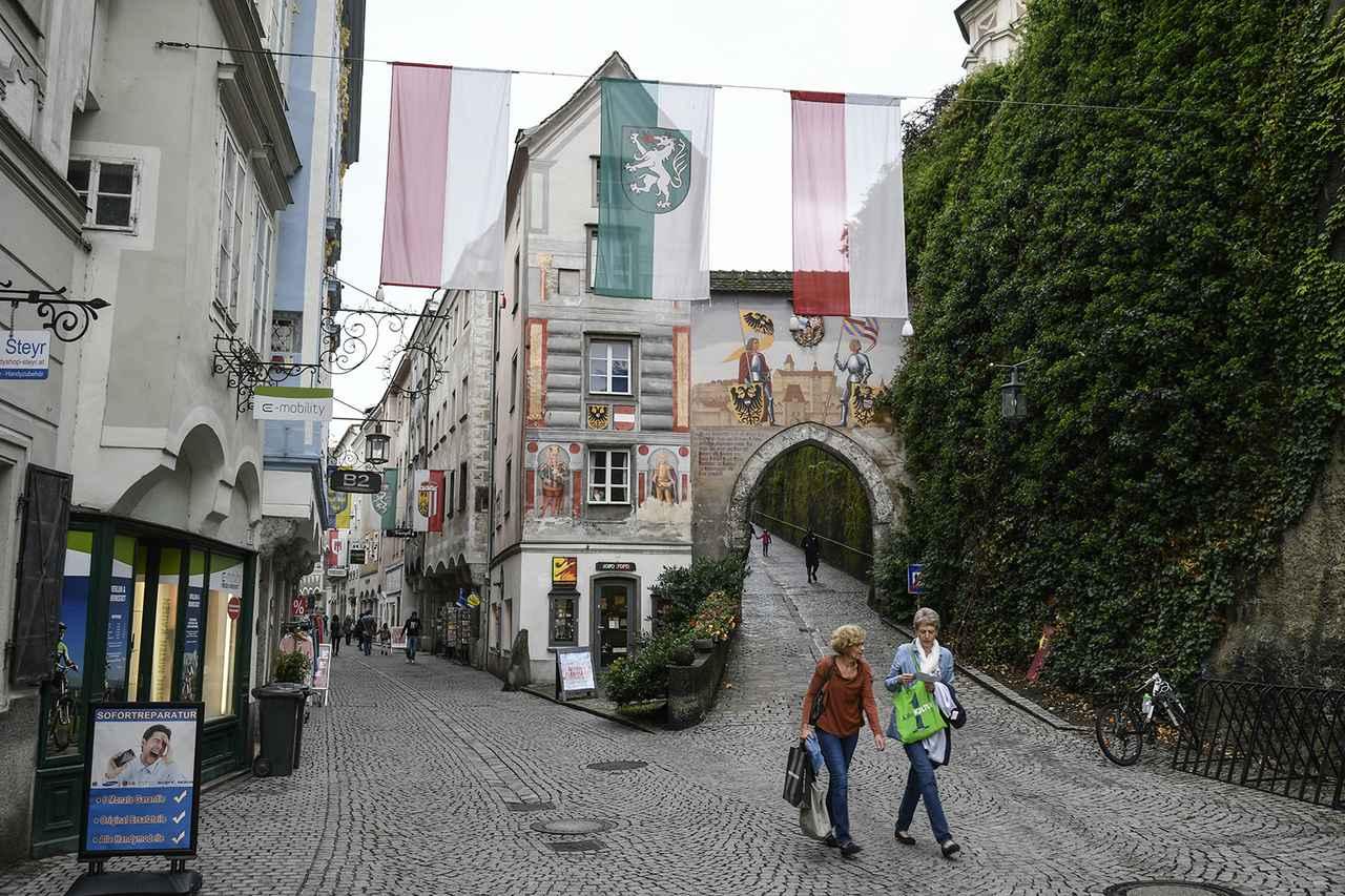 画像: 歴史あるオーストリア シュタイアの旧市街。正面建物にはナポレオン戦争時代の砲弾が突き刺さったままだという。