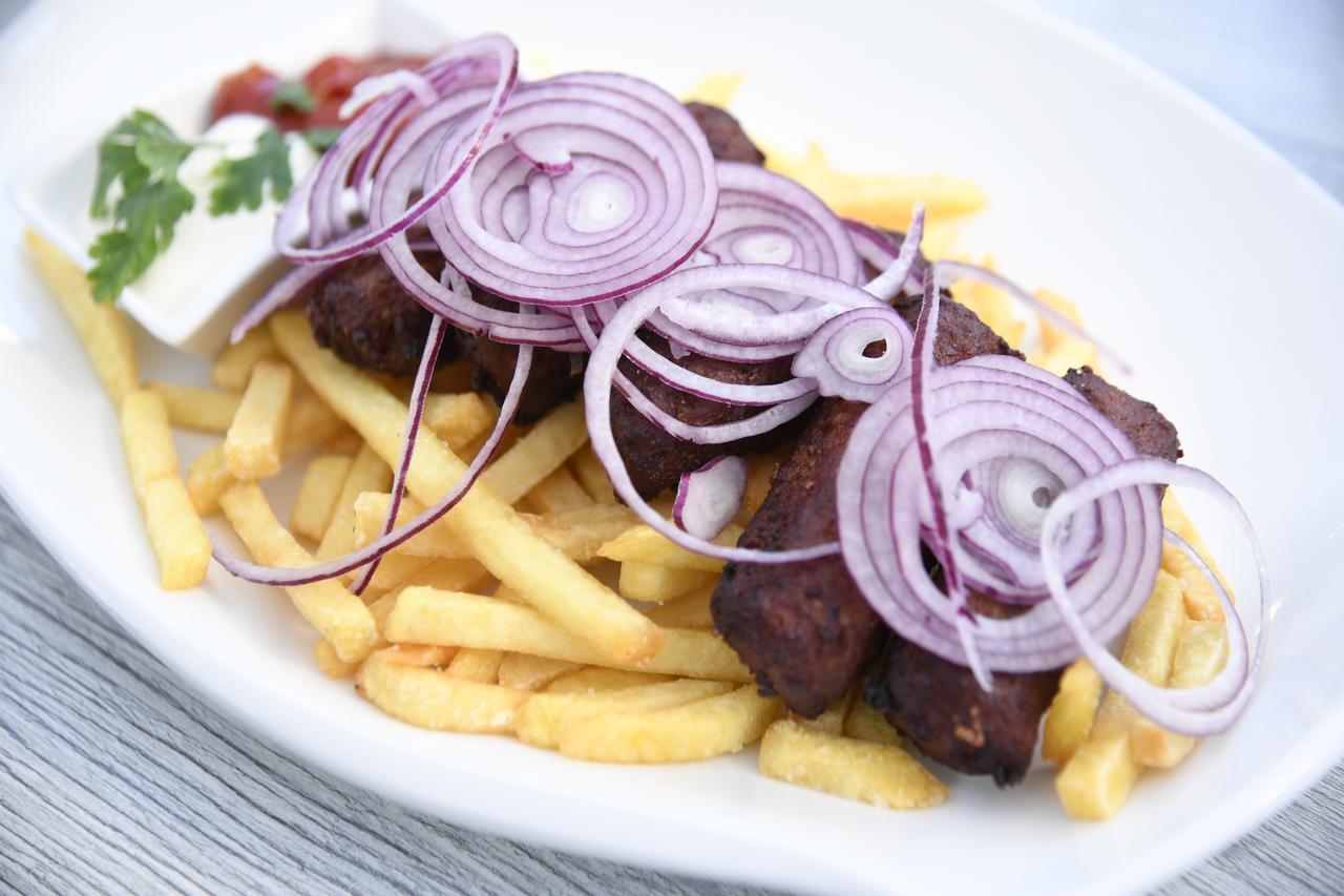 画像: クロアチアなどの伝統的料理、チェヴァプチア。
