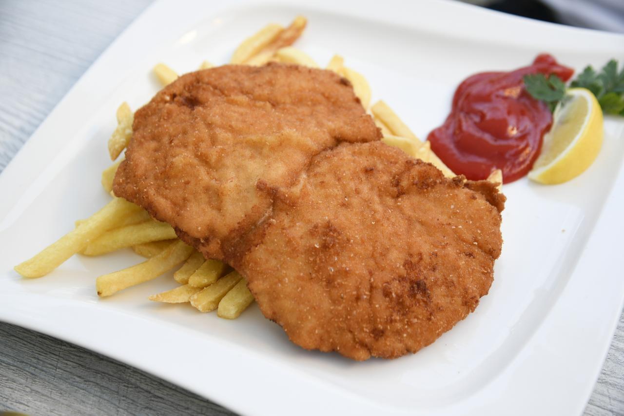 画像: オーストリアやドイツでは定番のメニュ−、シュニッツェル。仔牛肉もあるがここは豚肉のカツレツ。