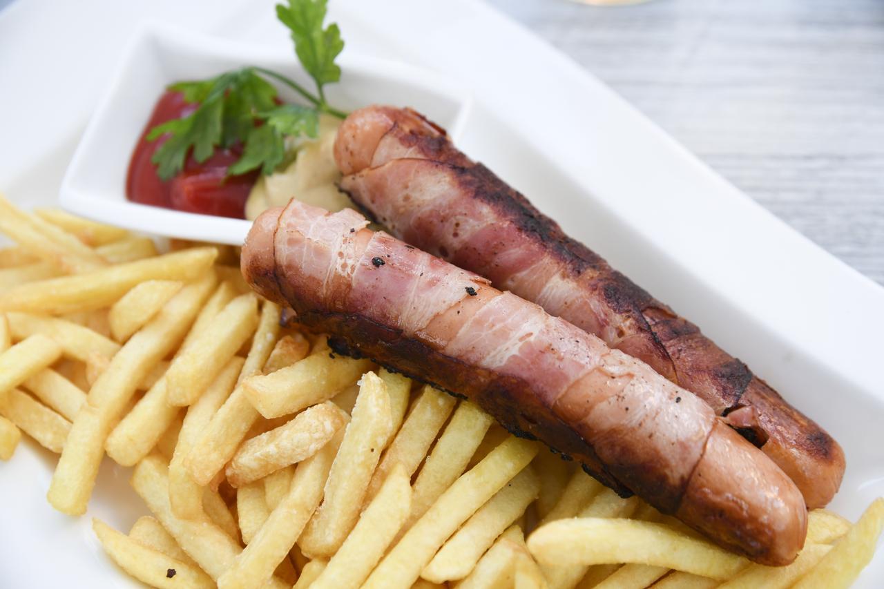 画像: ソーセージとポテトは定番だが、どこで食べても美味しい。