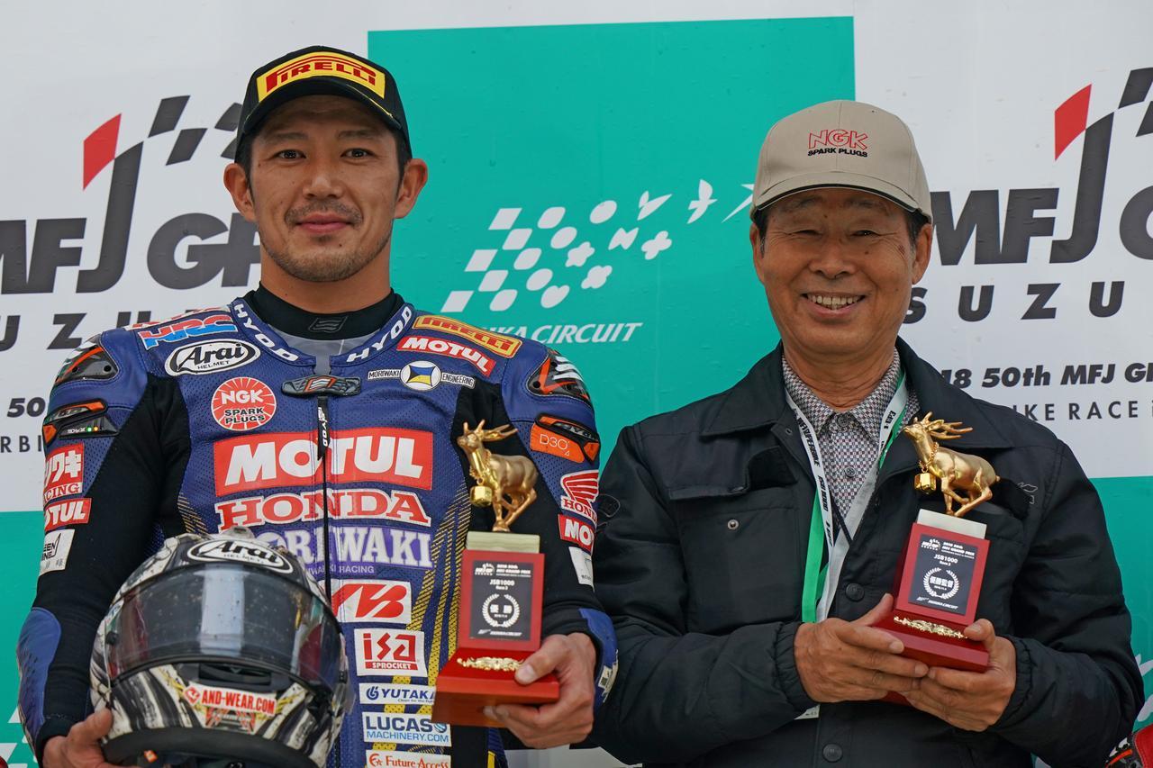 画像: モリワキに久々の全日本最高峰クラスの勝利をプレゼントした清成龍一(左)。そしてトロフィーを手に、満面の笑みを浮かべるモリワキエンジニアリングの創設者である森脇護社長。 www.superbike.jp