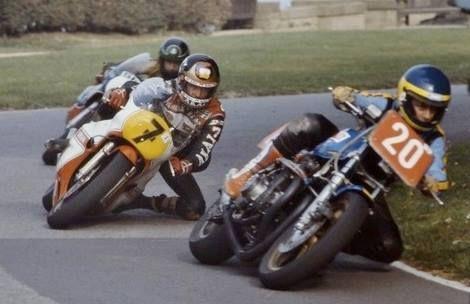 画像: 英国のレースにて、バリー・シーン(ヤマハ)の前を走る若き日のワイン・ガードナー(20番、モリワキ)のスーパーバイク。1980年前後の時代のモリワキの英国シリーズ戦参戦は、彼の地にモリワキの名を知らしめる契機となりました。 www.pinterest.jp