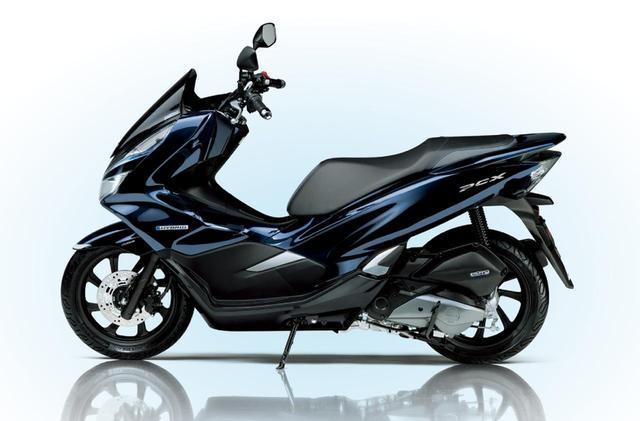 """画像: どんなファッションでも通学出来る、新型""""PCX HYBRID""""がアツイ! - A Little Honda"""