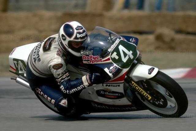 画像: 1987年、ホンダNSR250に乗ったマンクは、計8勝を記録して自身のキャリア最後となるタイトルを獲得しています。 it.wikipedia.org
