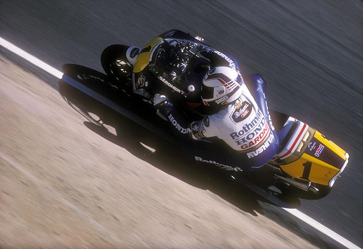 画像: 1988年、チャンピオンナンバー「1」をつけたNSR500でシーズンを戦ったW.ガードナーでしたが、ランキング2位に甘んじタイトル防衛に失敗しました・・・。 www.bennetts.co.uk