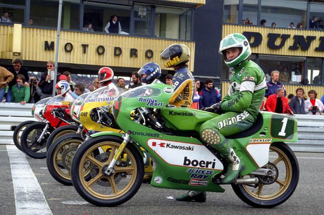 画像: 1981年、カワサキKR250の車上でスタートを待つA.マンク。 www.bike70.com